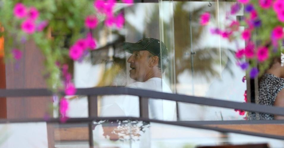 20.set.2013 - O músico Bruce Springsteen almoça em uma churrascaria no Rio. Atração do Rock in Rio, o cantor é o último a se apresentar no Palco Mundo neste sábado (21) O guitarrista se apresenta neste sábado (21) no Rock in Rio