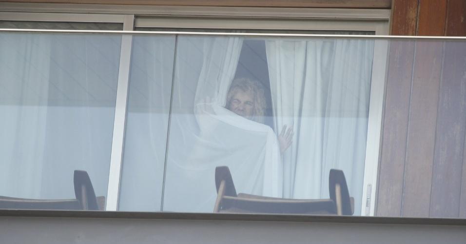20.set.2013 - O músico David Bryan, tecladista da banda Bon Jovi, é fotografado na sacada do hotel Fasano em Ipanema. O cantor e sua banda se apresentam nesta sexta (20) no Rock in Rio