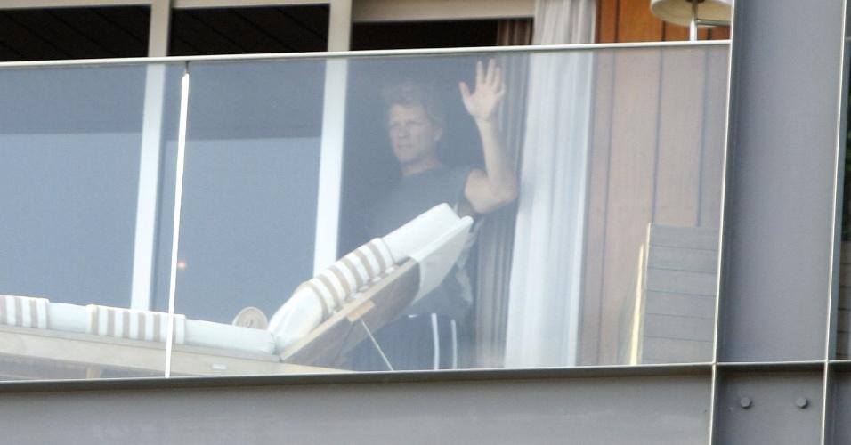 20.set.2013 - O músico Jon Bon Jovi acena para fãs e fotógrafos na sacada do hotel Fasano em Ipanema. O cantor e sua banda se apresentam nesta sexta (20) no Rock in Rio, e no domingo (22) no Estádio do Morumbi, em São Paulo