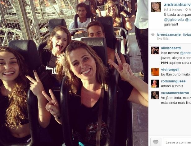 20.set.2013 -  Pela primeira vez no Rock in Rio, a ex-paquita Andréa Sorvetão curte o festival na companhia da filha, Giovanna, de 15 anos, e mais três amiguinhos