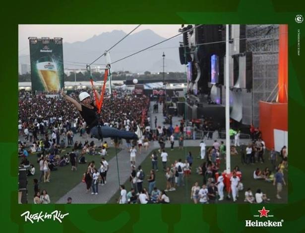 20.set.2013 -  Pela primeira vez no Rock in Rio, a ex-paquita Andréa Sorvetão sobrevoa de tirolesa a área do palco principal, ainda de dia e sem muita gente