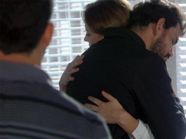 """Em """"Amor á Vida"""", Bruno flagra Ninho e Paloma abraçados"""