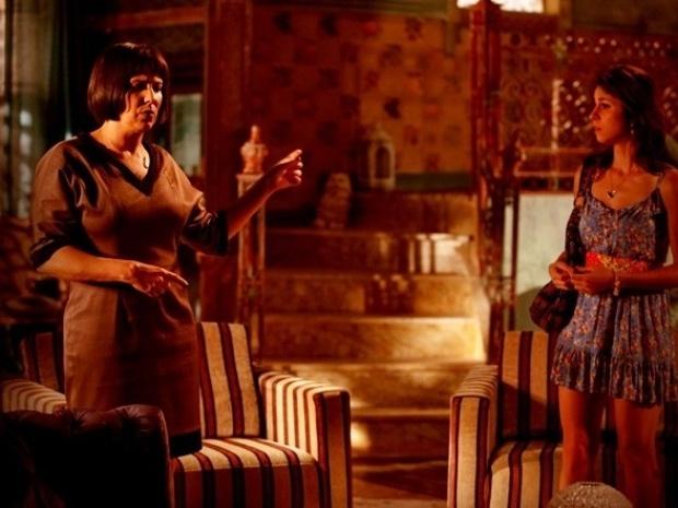 """Em """"Saramandaia"""", para proteger o filho de Zélia, Marcina diz para mãe que está grávida"""