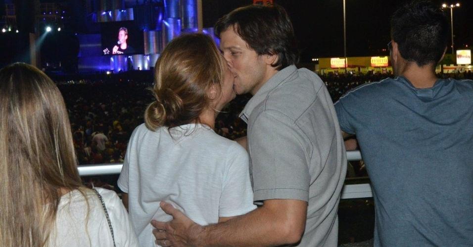 20.set.2013 - Adriana Esteves e Vladimir Brichta entram no clima de romance do show do Nickelback e se beijam