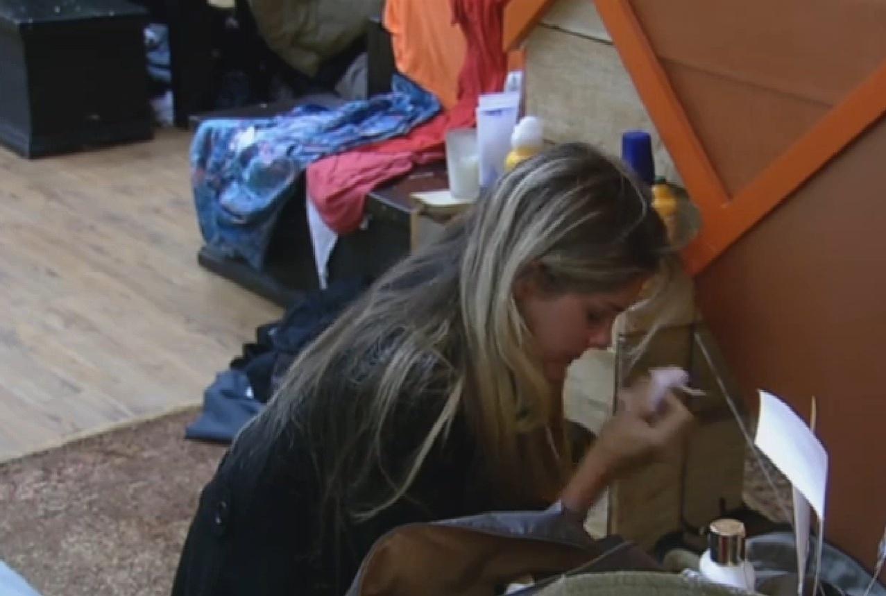 20.set.2013 - Bárbara Evans chorando no quarto