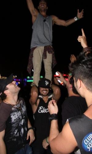 20.set.2013 - Caio Castro coloca um amigo em pé em seu ombro durante o show do Bon Jovi, observado por Rodrigo Andrade