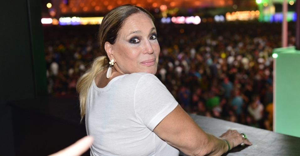 20.set.2013 - Da varanda do camarote, Susana Vieira dá uma conferida no público do show do Bon Jovi