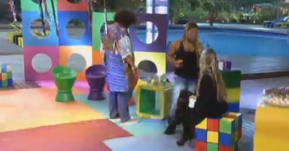 20.set.2013 - Durante festa surpresa, Yani deu conselhos à Bárbara Evans sobre ciúme que modelo sente de Mateus