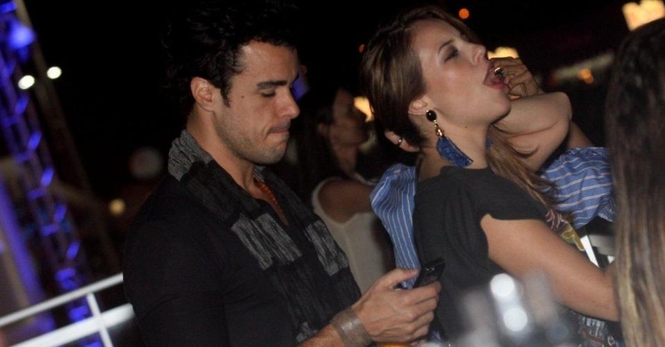 20.set.2013 - Enquanto Paolla Oliveira canta com Bon Jovi, seu namorado, Joaquim Lopes, confere o celular