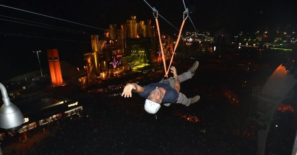 20.set.2013 - Malvino Salvador sobrevoa o público do Rock in Rio de tirolesa, um pouco antes do show do Bon Jovi