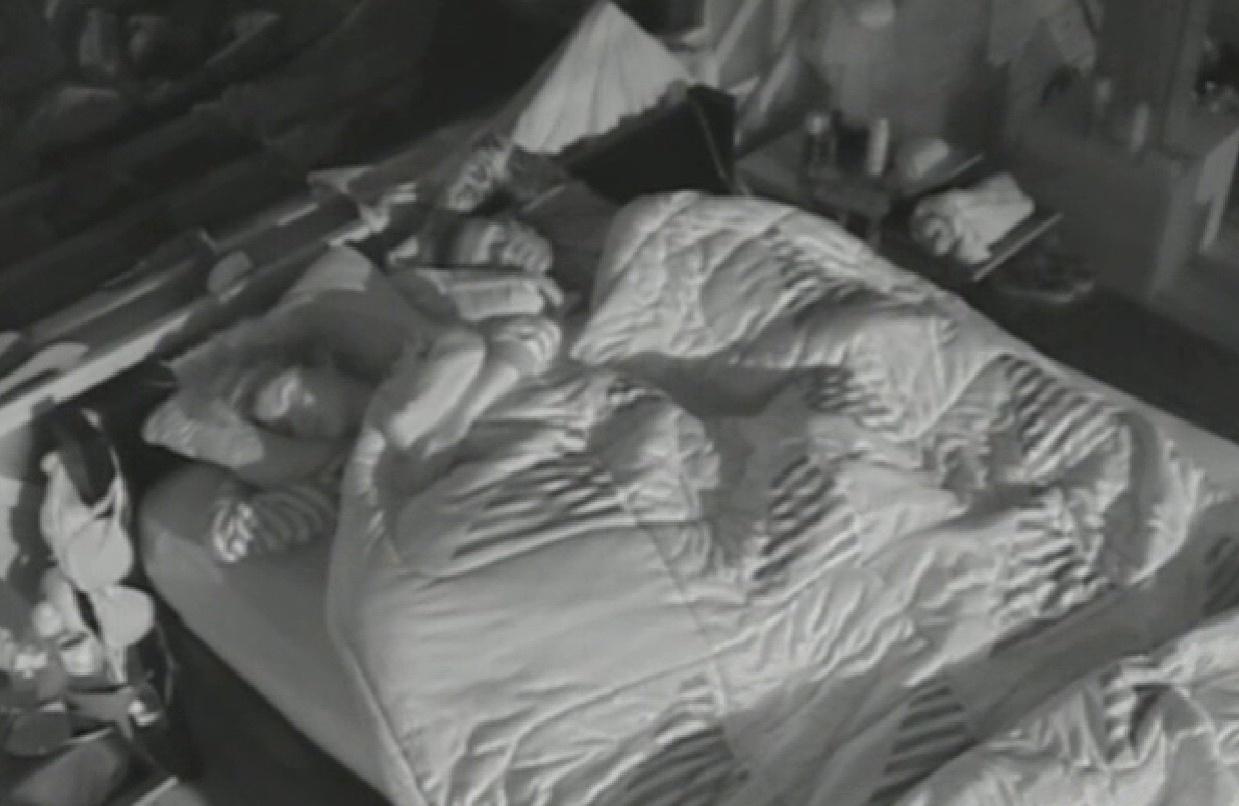 20.set.2013 - Mesmo depois de brigas durante o dia, Bárbara e Mateus voltaram a dormir juntinhos