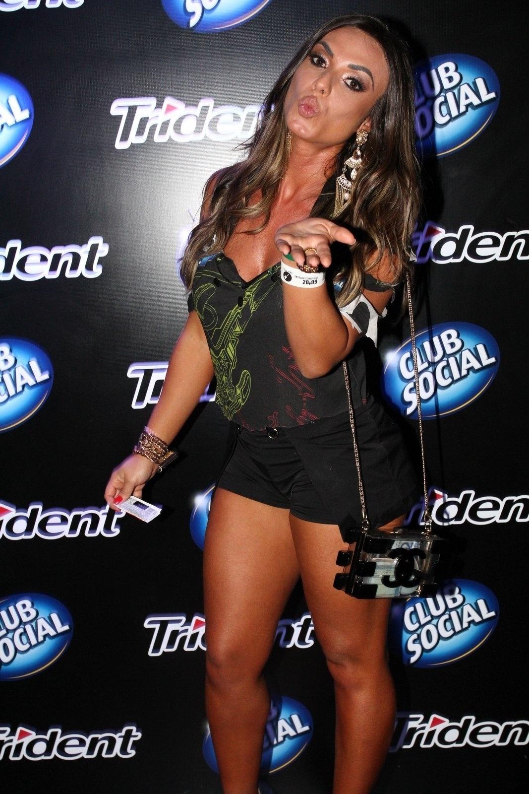 20.set.2013 - Nicole Bahls manda beijinho para os fãs
