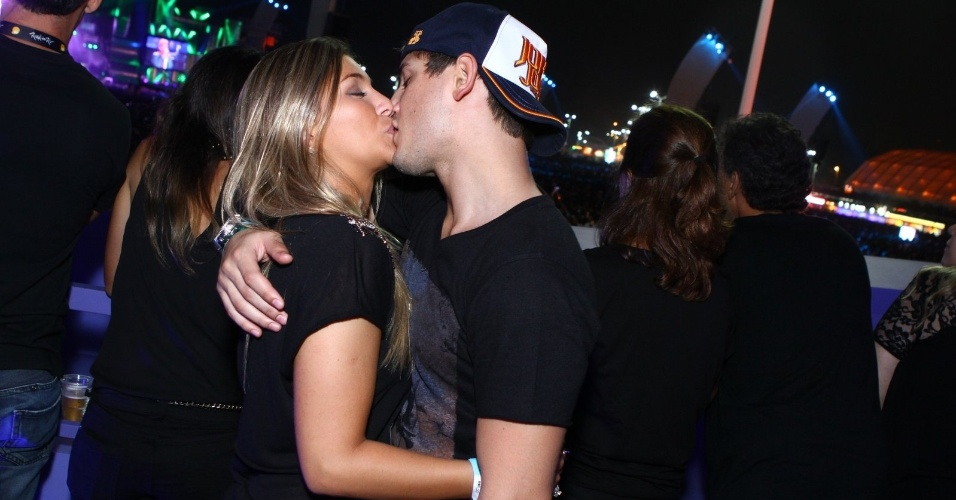 20.set.2013 - O ator Daniel Rocha beijou muito a namorada, Rafaella, durante o show do Bon Jovi