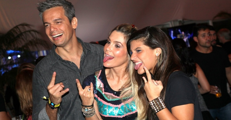 20.set.2013 - Otaviano Costa, Flavia Alessandra e Giulia Costa fazem careta e pose para as câmeras