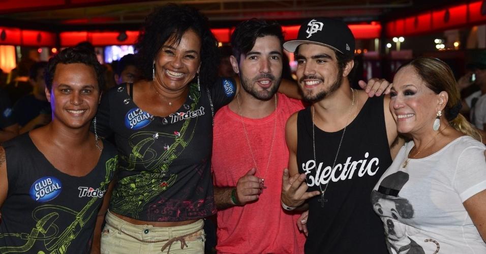 20.set.2013 - Solange Couto e o marido Jamerson, Susana Vieira e o marido Sandro posam para os fotógrafos ao lado de Caio Castro