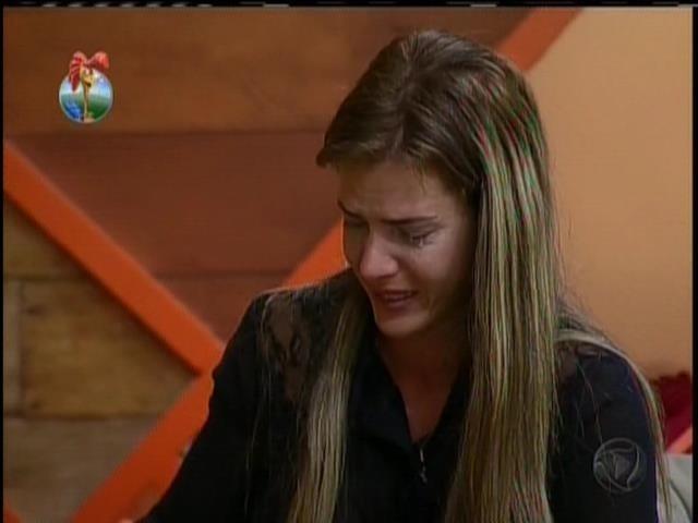 20.set.2013 - Sozinha no quarto, Denise falou em falsidade e caiu no choro