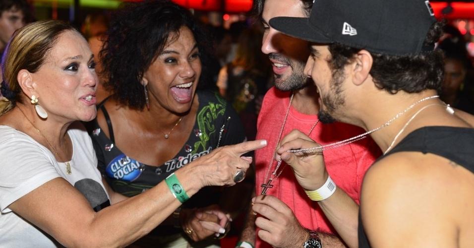 20.set.2013 - Susana Vieira e Solange Couto descobrem algo muito curioso sobre o colar de Caio Castro