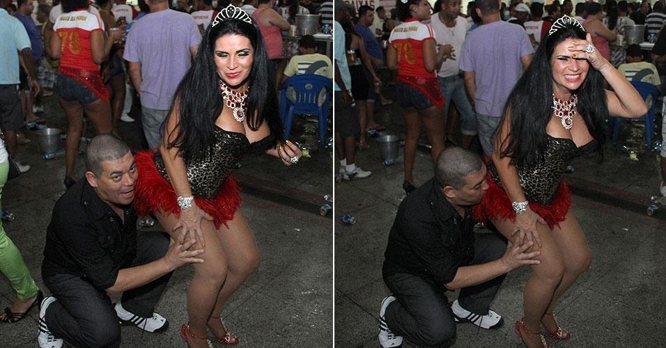 21.set.2013 - Solange Gomes leva mordida de fã no bumbum