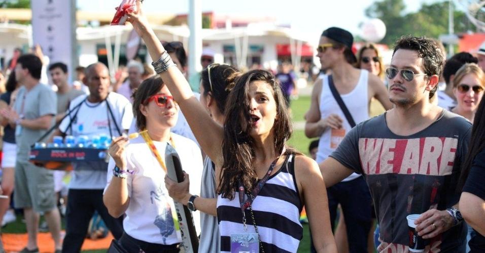 21.set.2013 - A atriz e cantora Emanuelle Araújo toma picolé ao assistir ao show de Pepeu Gomes e Moraes Moreira no Rock in Rio