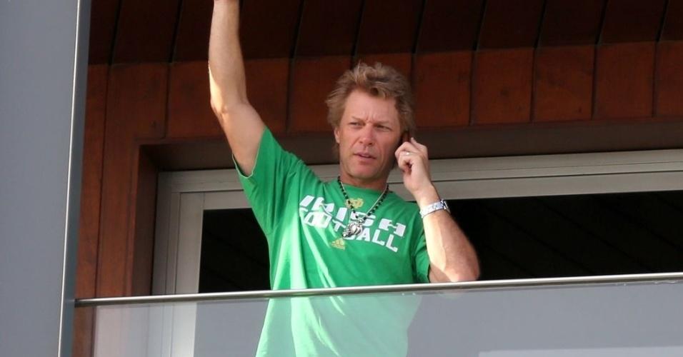 21.set.2013 - Após se apresentar no Rock in Rio, Bon Jovi aparece falando ao telefone na sacada do hotel Fasano, em Ipanema, na zona sul do Rio