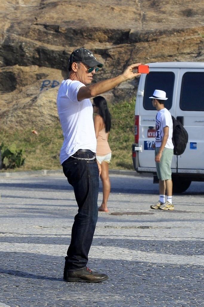 21.set.2013 - Bruce Springsteen fotografa no calçadão do Arpoador. O cantor é uma das atrações deste sábado (21) do Rock in Rio