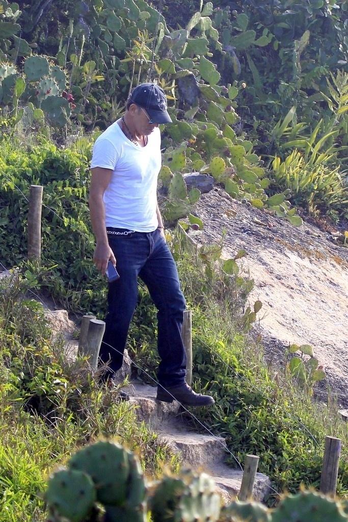 21.set.2013 - Bruce Springsteen passeia na Pedra do Arpoador. O cantor é uma das atrações deste sábado (21) do Rock in Rio