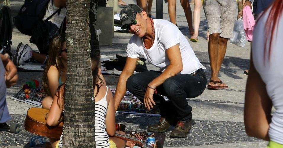 21.set.2013 - Bruce Springsteen conversa com jovens no calçadão do Arpoador. O cantor é uma das atrações deste sábado (21) do Rock in Rio