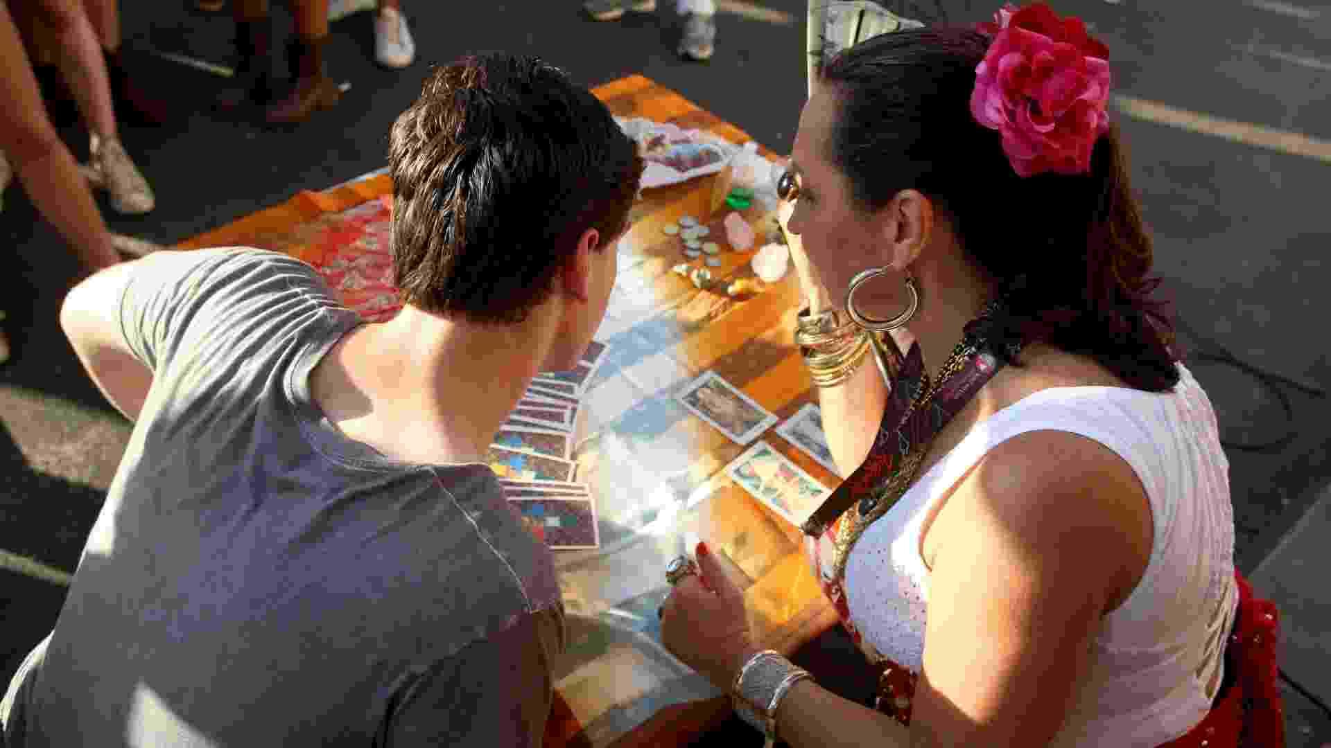 21.set.2013 - Cartomante lê sorte de frequentadores do Rock in Rio no segundo fim de semana do festival - Fernando Maia/UOL