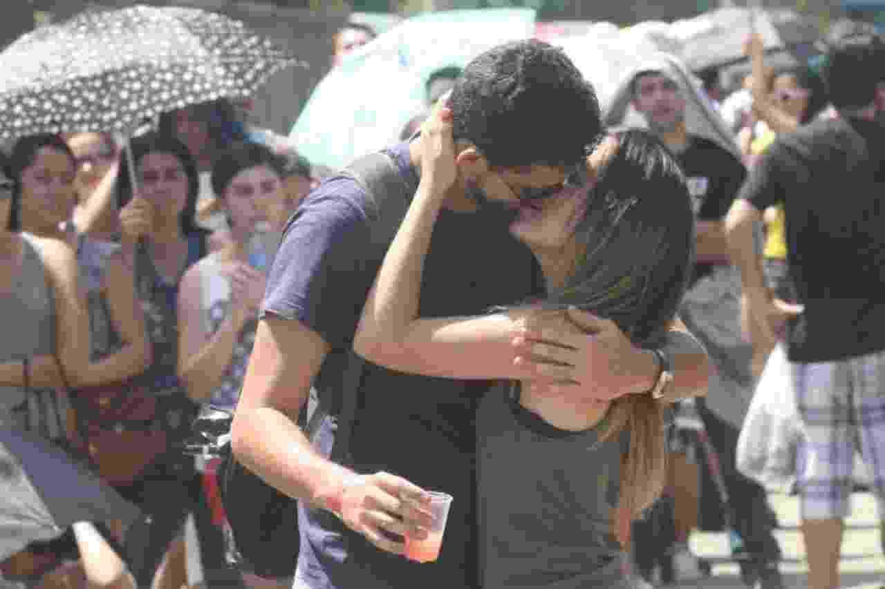 21.set.2013 - Casal fã de John Mayer, Guilherme Vasconcellos e Bianca Figueiredo, troca beijo apaixonado na fila do sexto dia de Rock in Rio - Zulmair Rocha/UOL