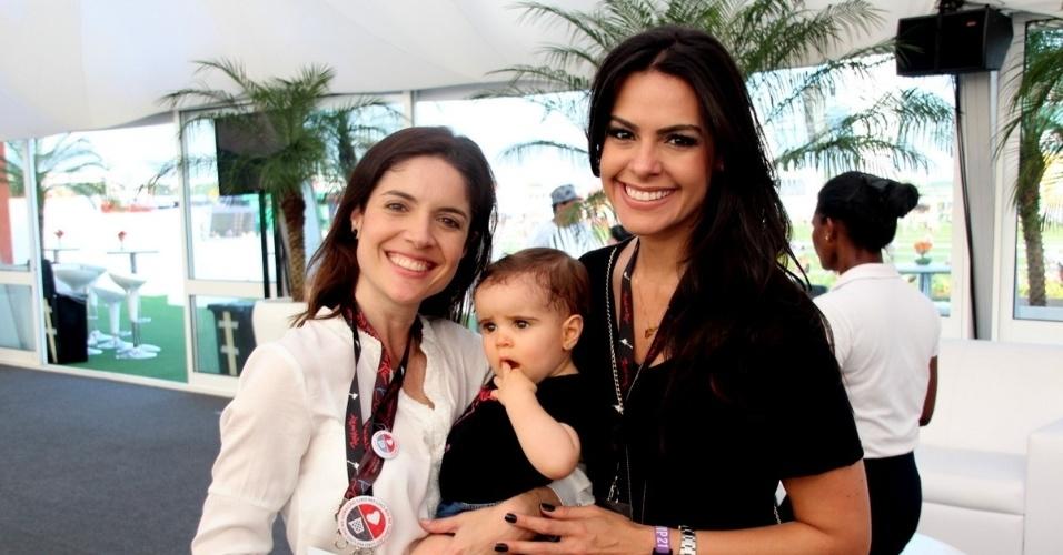 21.set.2013 - Com a filha Lua no colo, a empresária Roberta Medina posa ao lado da atriz Lívia Rossy