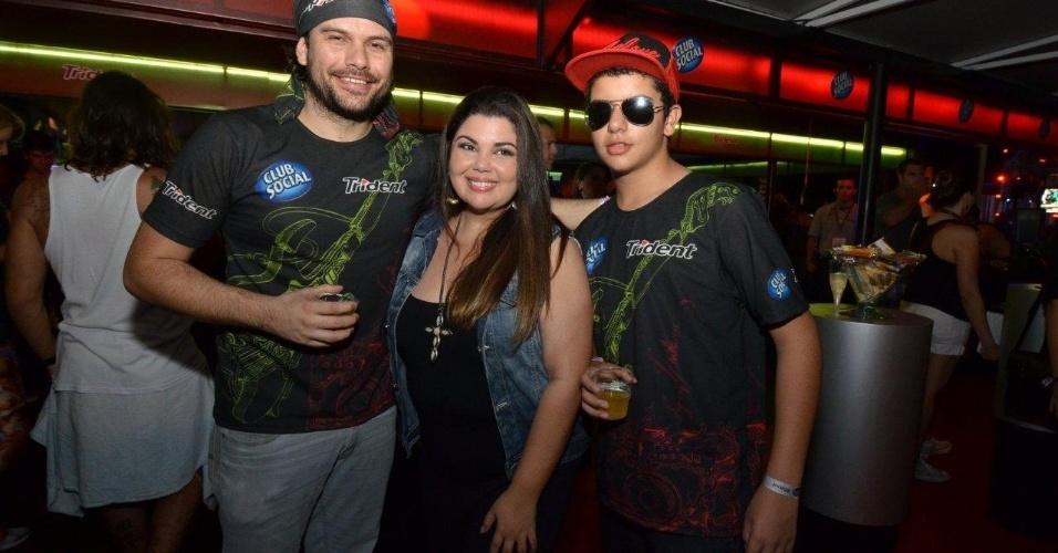 21.set.2013 - Com o namorado Bruno Muniz, Fabiana Karla levou o filho Samuel, de 13 anos, ao festival de música
