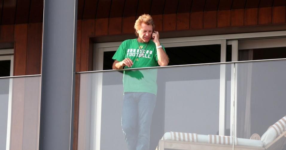 21.set.2013 - Depois de se apresentar no Rock in Rio, Bon Jovi aparece falando ao telefone na sacada do hotel Fasano, em Ipanema, na zona sul do Rio