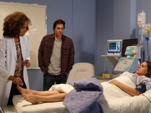 """21.set.2013 - Em """"Amor à Vida"""", Leila não sente as pernas depois de cirurgia"""