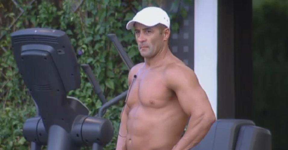 21.set.2013 - Enquanto peões dormem, Marcos Oliver esculpe músculos na academia