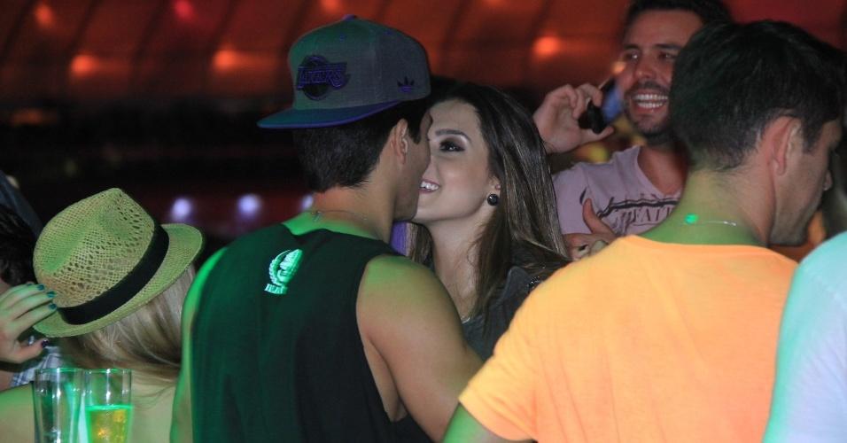 21.set.2013 - Giovanna Lancellotti e Arthur Aguiar namoram muito em camarote do festival