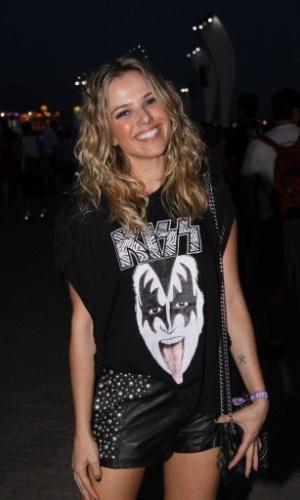 21.set.2013 - Já a atriz Nathalia Rodrigues usou uma estampa do Kiss na camiseta que vestiu para os shows do 6º dia de festival