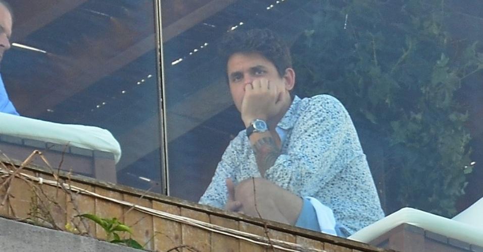 21.set.2013 - John Mayer é fotografado na sacada do hotel Fasano, na zona sul do Rio. O cantor vai se apresentar neste sábado (21) no Rock in Rio
