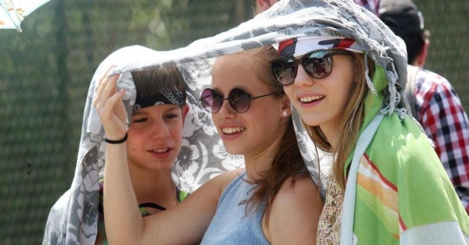 21.set.2013 - Jovens usam canga e óculos escuros para enfrentar o forte sol na fila para entrar no 6º dia do Rock in Rio