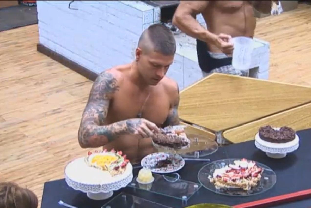 21.set.2013 - Mateus Verdelho aproveita sobremesas, após atividade