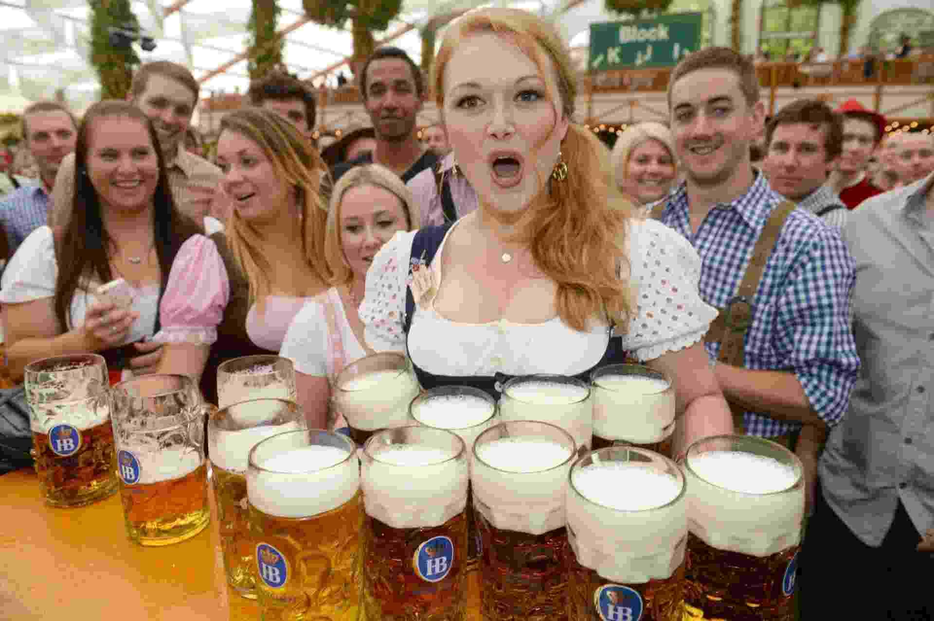 21.set.2013 - Mulher serve cervejas na cerimônia de abertura do 180º Oktoberfest em Munique, na Alemanha - EFE/EPA/FELIX HOERHAGER