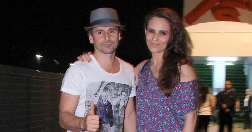 21.set.2013 - Murilo Rosa e Fernanda Tavares vão juntos curtir o 6º dia de shows do festival