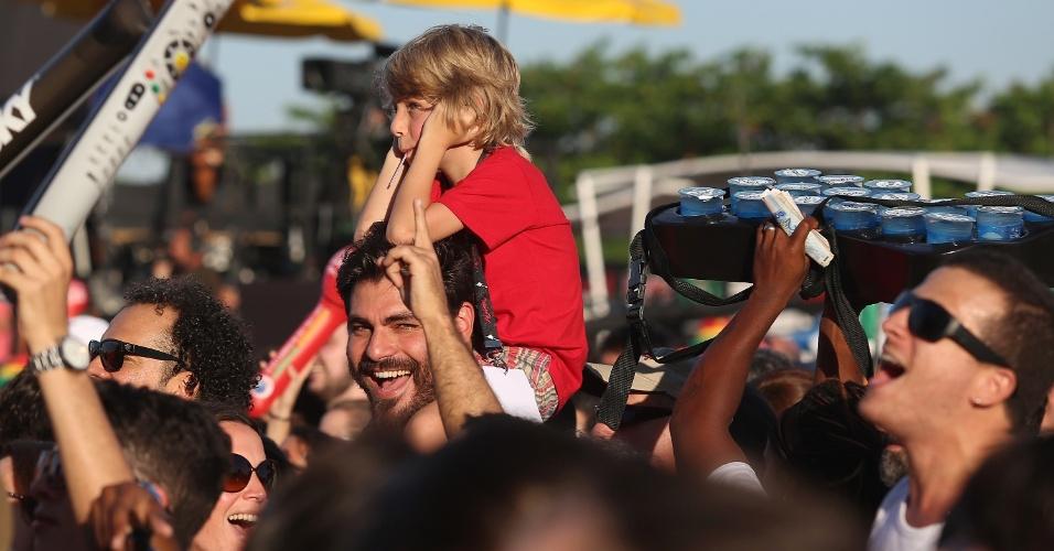 21.set.2013 - Nos ombros do pai, Thiago Lacerda, o pequeno Gael parece se incomodar com o som e tapa os ouvidos durante o show de Pepeu Gomes e Moraes Moreira no Rock in Rio