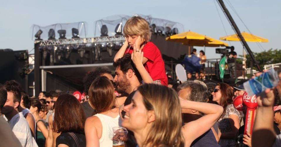 21.set.2013 - O ator Thiago Lacerda carregou o filho Gael nos ombros durante o show de Pepeu Gomes e Moraes Moreira no Rock in Rio. O ator estava acompanhado da mulher, a também atriz Vanessa Lóes, com quem também é pai de Cora