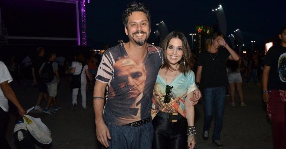 21.set.2013 - O casal Alexandre Nero e Karen Brustolin vestiram estampas bem diversas para ir ao Rock in Rio: ele de