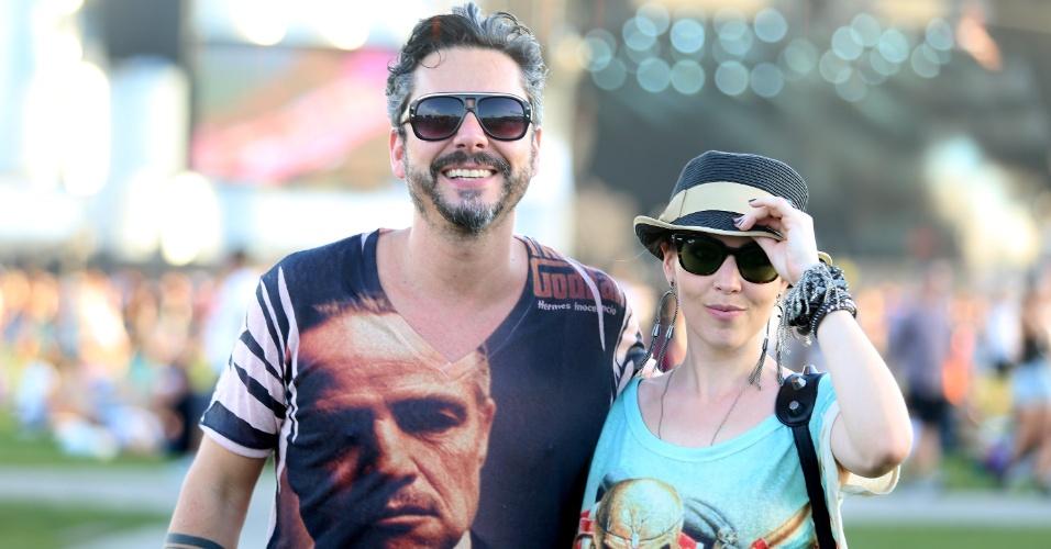 """21.set.2013 - O casal Alexandre Nero e Karen Brustolin vestiram estampas bem diversas para ir ao Rock in Rio: ele de """"Poderoso Chefão"""", ela de um álbum do Iron Maiden"""