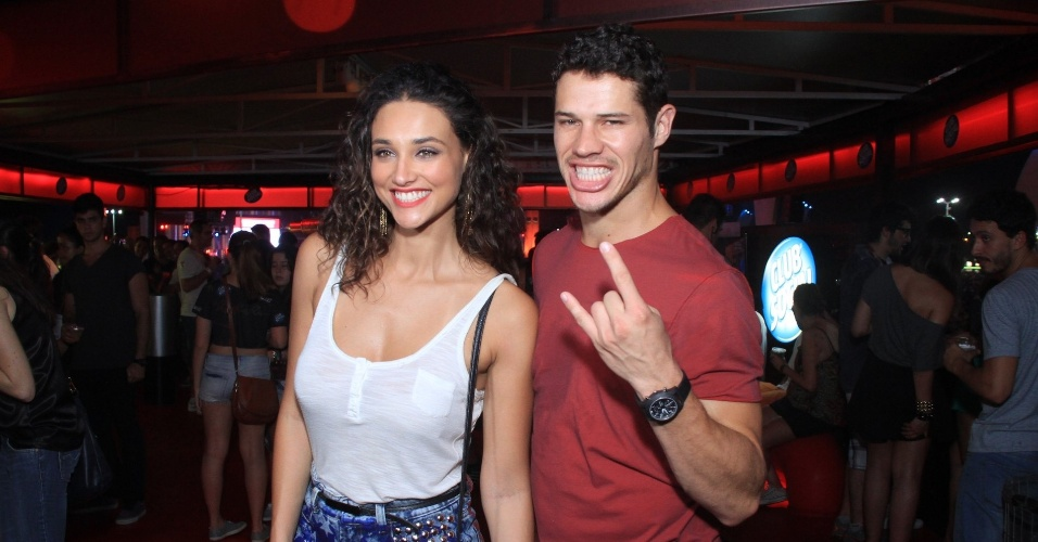 21.set.2013 - O casal Debora Nascimento e Jose Loreto circulam pelo camarote do Rock in Rio
