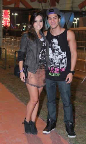 21.set.2013 - O casal Giovanna Lancellotti e Arthur Aguiar vai ao 6º dia de shows no Rock in Rio