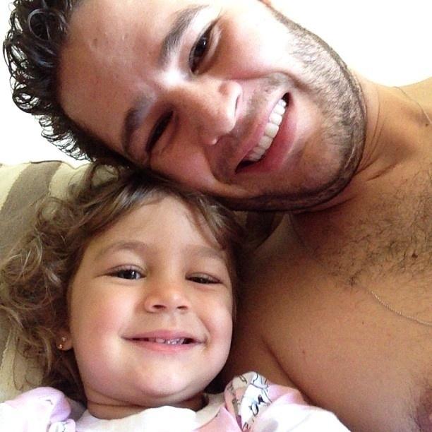 21.set.2013 - Pedro Leonardo posta foto com a filha