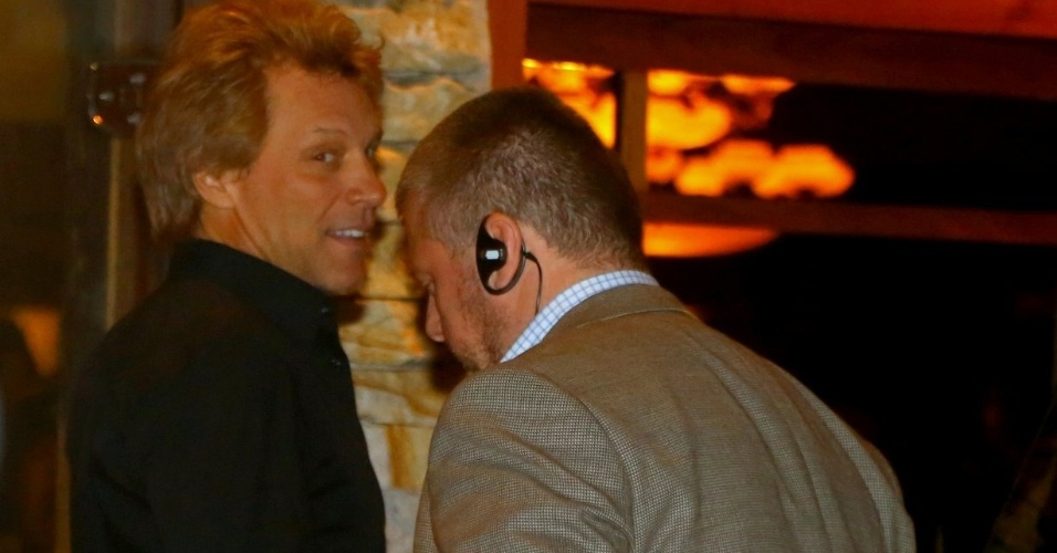 21.set.2013 - Após se apresentar no Rock in Rio, Bon Jovi e sua banda jantam em um restaurante na zona sul de São Paulo. Neste domingo (22), o cantor e sua banda fazem show no Estádio do Morumbi