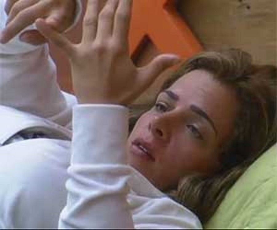 21.set,2013 - Denise Rocha desabafou sozinha no quarto